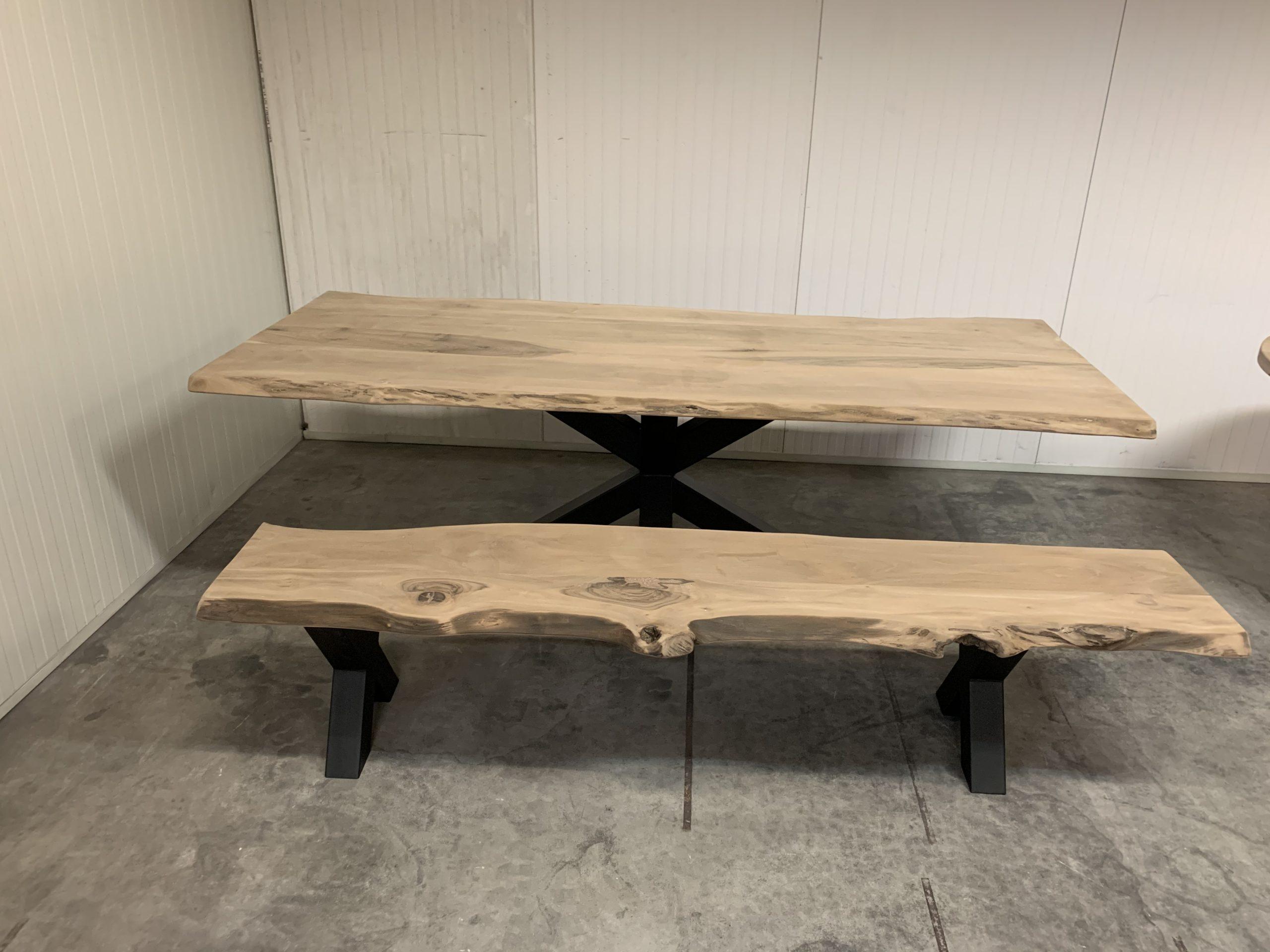 Walnoot tafelblad met bij passend bankje beide zijn uitgevoerd met een stalen X poot